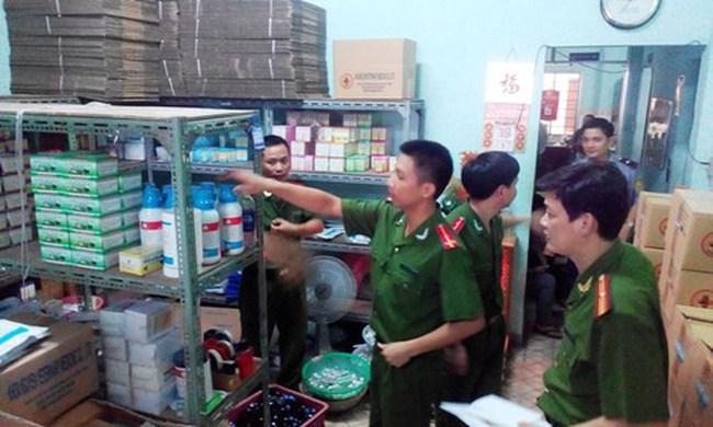 Đột kích cơ sở sản xuất thuốc thú y chui ở Sài Gòn