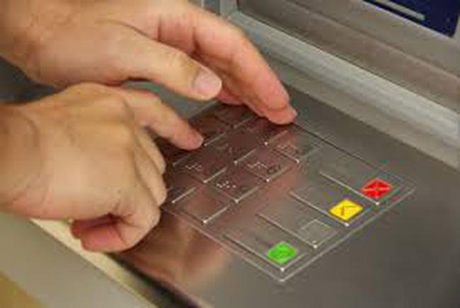 Kẻ gian đột nhập cạy phá ATM của Vietcombank