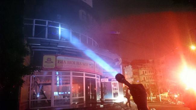 Cháy lớn ở tòa nhà Vimeco, người dân tháo chạy trong đêm