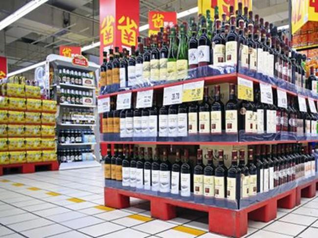 Trung Quốc: Người tiêu dùng tiết kiệm, rượu nhập khẩu nằm phủ bụi