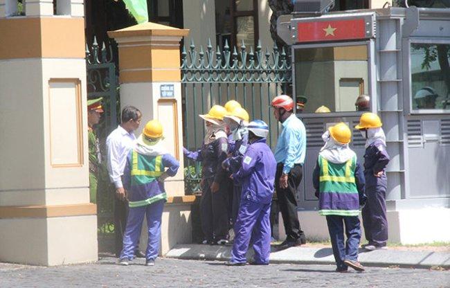 Công nhân môi trường đến trụ sở Thành ủy Đà Nẵng kêu cứu