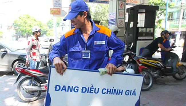 'Nín thở' chờ giá xăng dầu trong nước giảm theo thế giới