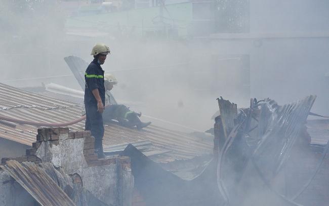 TPHCM: Biển lửa thiêu rụi công ty may, nhà xưởng đổ sập