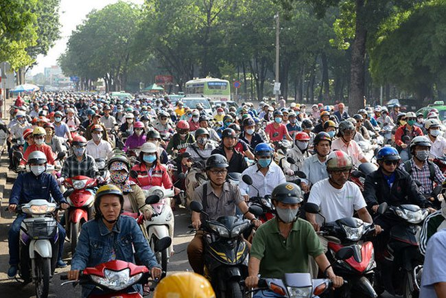 Biển người nhích từng chút trên đường Hoàng Minh Giám, TP.HCM