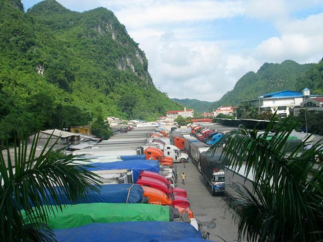 Hơn 1.000 xe hàng nông sản ùn ứ ở cửa khẩu Tân Thanh