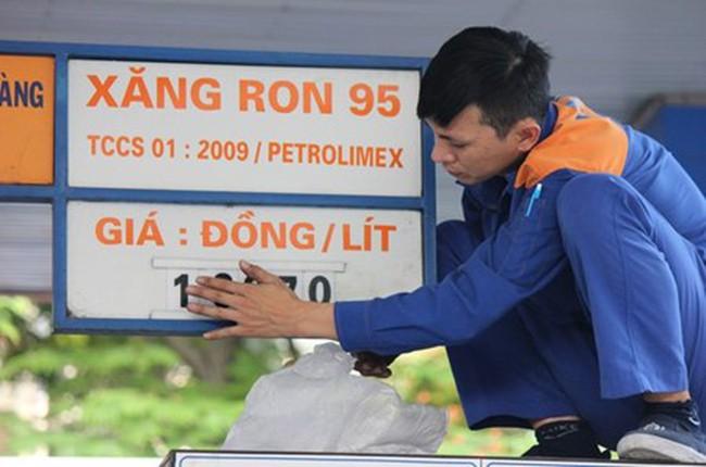 Giá xăng dầu vẫn tăng vọt dù giá nhập giảm tới... 40%