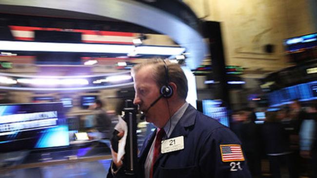 Dow Jones mất gần 600 điểm