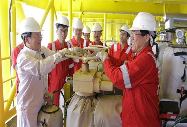 Giàn dầu giếng H5 mỏ Tê Giác Trắng khai thác dòng dầu đầu tiên