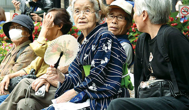 Người 100 tuổi ở Nhật... nhiều quá, chính phủ hết khả năng tặng quà