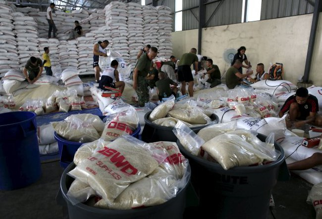 Bão Noul phá hủy nhà cửa ở Philippines, 3.400 người di tản