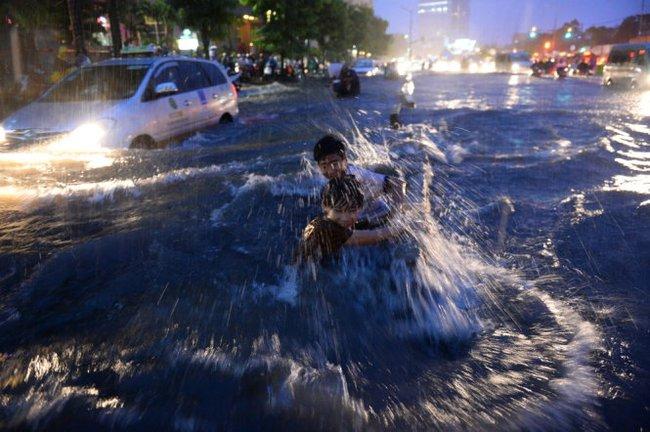 Sài Gòn ngập, kẹt xe chưa từng thấy
