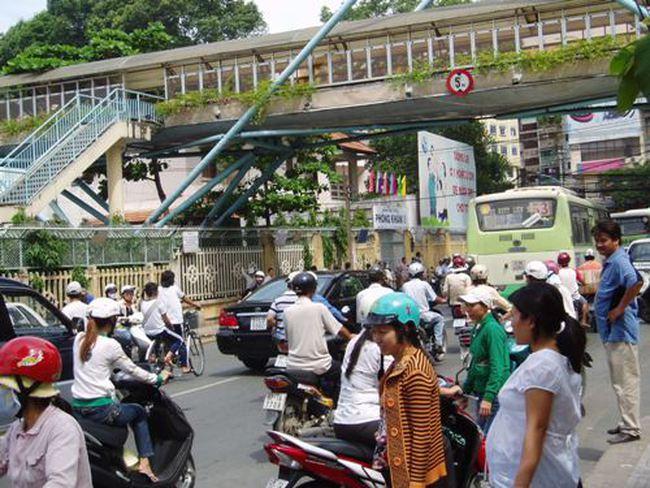 TP HCM: Cầu vượt dành cho người đi bộ đang bị lãng quên