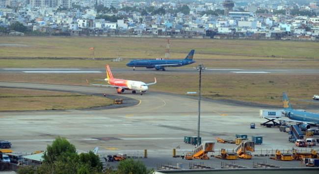 Xe thang lại đâm máy bay tại sân bay Tân Sơn Nhất