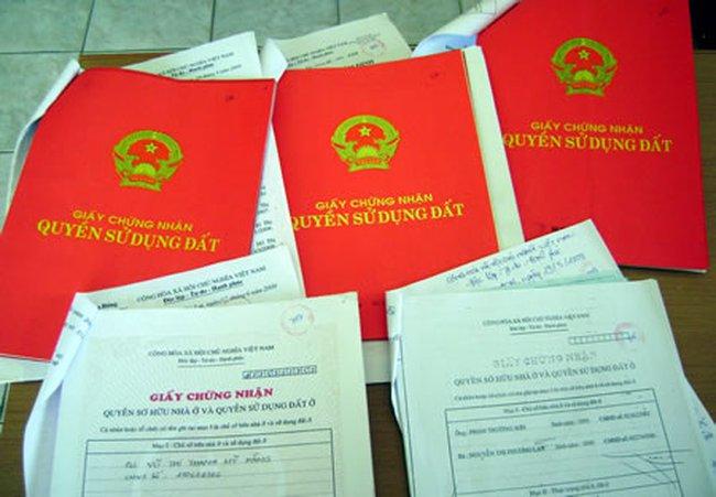 Chủ tịch xã tự thiết kế 'sổ đỏ' để… cấp cho dân!