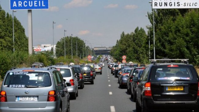 Tài xế taxi Pháp chặn đường tới sân bay phản đối Uber