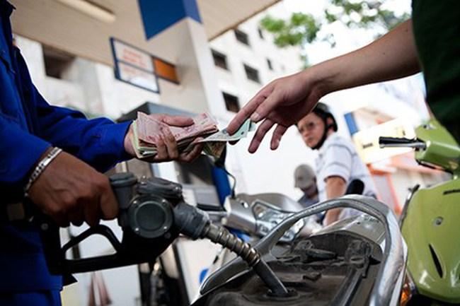 Giá xăng tăng gần 2.000 đồng/lít: Do đâu?