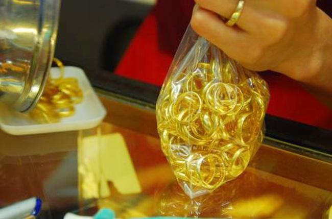 Giá vàng trong nước vẫn đắt hơn thế giới trên 4 triệu đồng/lượng