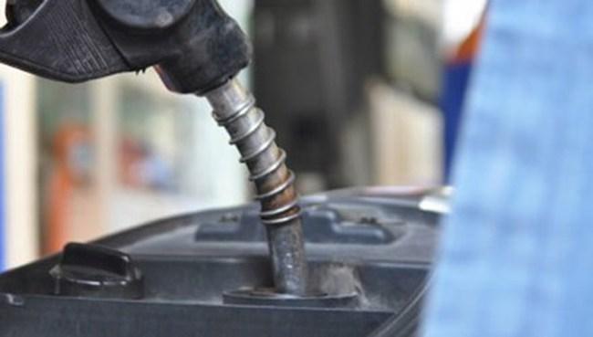 Giá xăng nhập về Việt Nam giảm hơn 40%