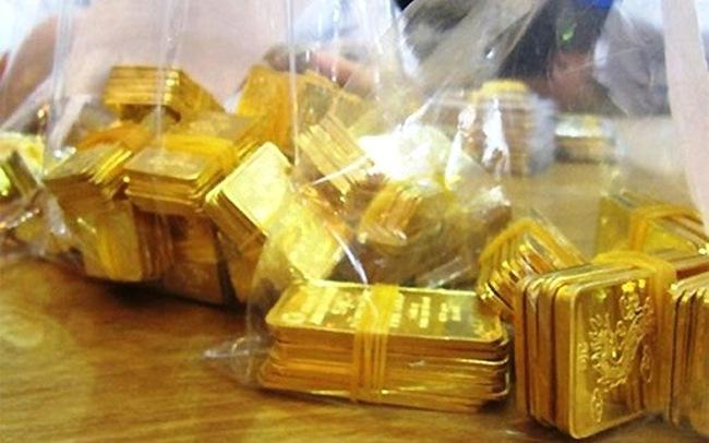 """Lãi vài trăm triệu, tiếp viên hàng không """"chăm"""" buôn lậu vàng"""
