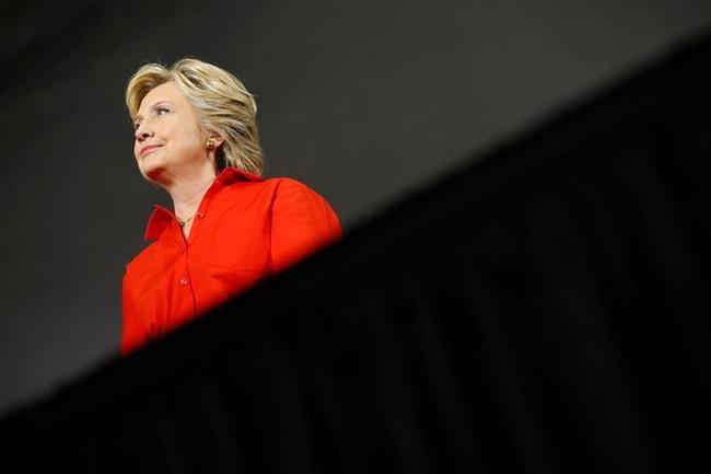 """Chiến lược của Hillary Clinton: Hãy để Trump """"tự hại mình"""""""
