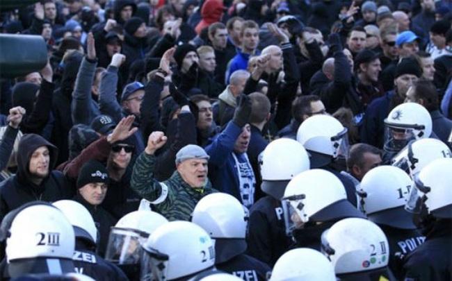 Dân Đức biểu tình phản đối chính sách của bà Merkel