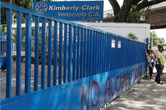 Venezuela tịch thu nhà máy sản xuất giấy toilet của Mỹ
