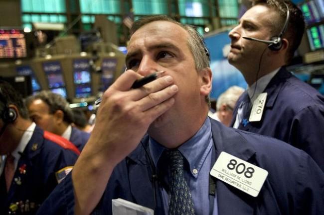 Giá dầu giảm xuống dưới 43 USD/thùng, chứng khoán Mỹ giảm theo