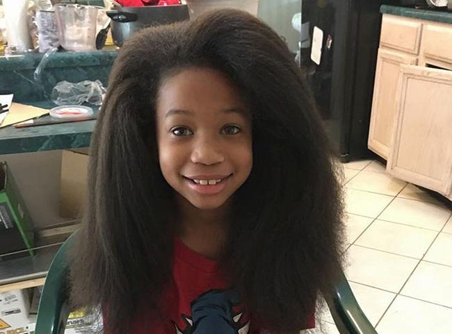 Cậu bé 10 tuổi nuôi tóc dài như con gái trong suốt 2 năm để tặng cho bệnh nhân ung thư