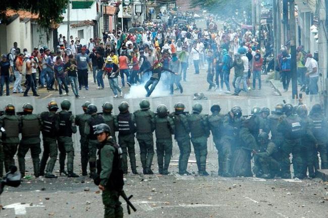 Biểu tình toàn quốc khiến Venezuela tê liệt