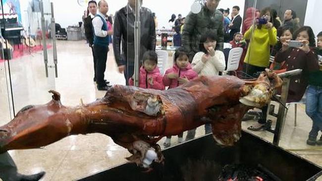 Mổ bò, bày tiệc hành lang ăn cỗ tất niên trong chung cư