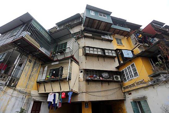 Chung cư cũ ở Hà Nội: Dân sống trong sợ hãi!