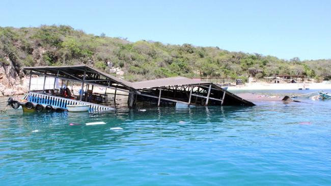 Sập bè tại vịnh Vĩnh Hy, khoảng 300 khách rơi xuống biển