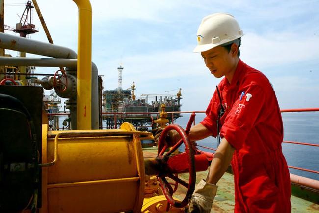 Giá dầu giảm, doanh nghiệp dầu khí chao đảo