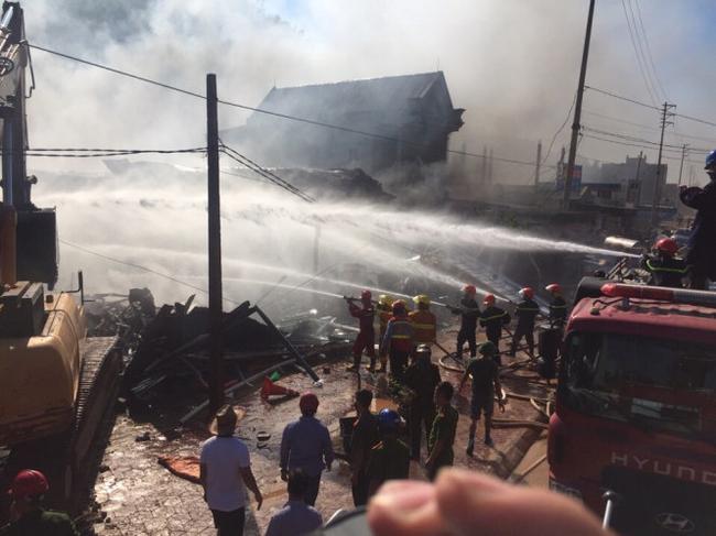 Cháy lớn tại siêu thị đồ gia dụng