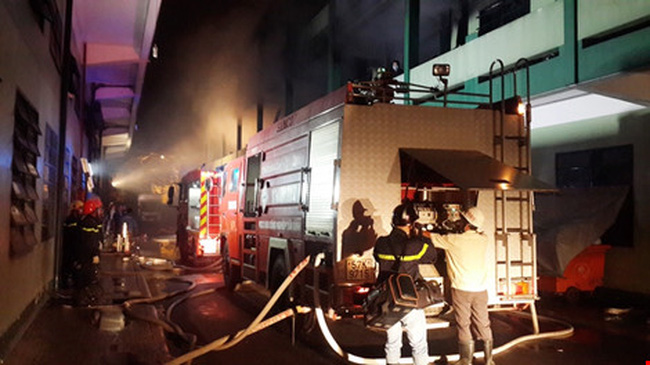 Sau tiếng nổ, hơn 3.000 m2 công ty giày cháy rụi