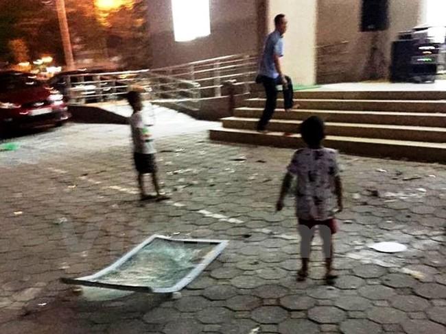 Hà Nội: Hoảng hồn vì cửa kính chung cư Linh Đàm rơi tự do từ tầng 11 xuống đất