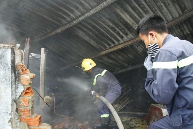 Hàng trăm công nhân tháo chạy khi công ty bốc cháy