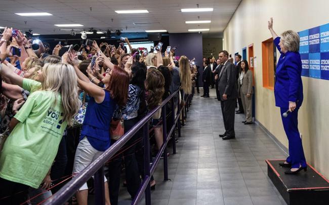 Đừng vội vàng quy chụp đám đông quay lưng lại với Hillary Clinton