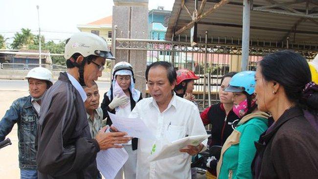 Quảng Ngãi: Dân kéo lên huyện đòi mở lối vô nhà