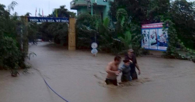Clip: Cảnh lốc xoáy kinh hoàng trước khi lũ kéo về Phú Yên