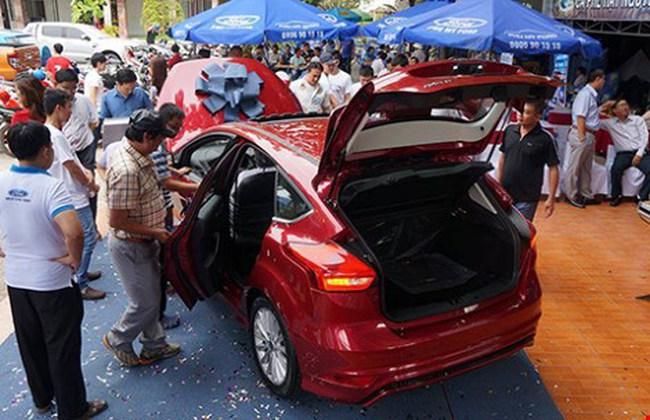 Ô tô đồng loạt tăng giá sốc ngay đầu năm