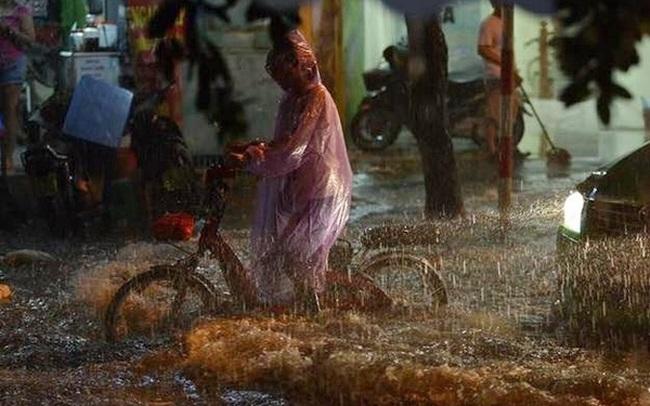 Hà Nội đang ảnh hưởng bão, mưa to gió giật kinh hoàng, nhiều tuyến phố đã ngập