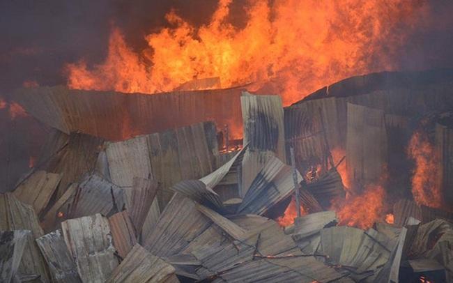 Hà Nội: Cháy lán trại của hàng trăm công nhân tại quận Hoàng Mai, lửa bùng lên dữ dội