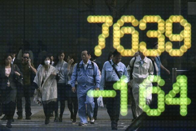 Cổ phiếu châu Á Âu đồng loạt giảm, một mình Nhật Bản tăng điểm