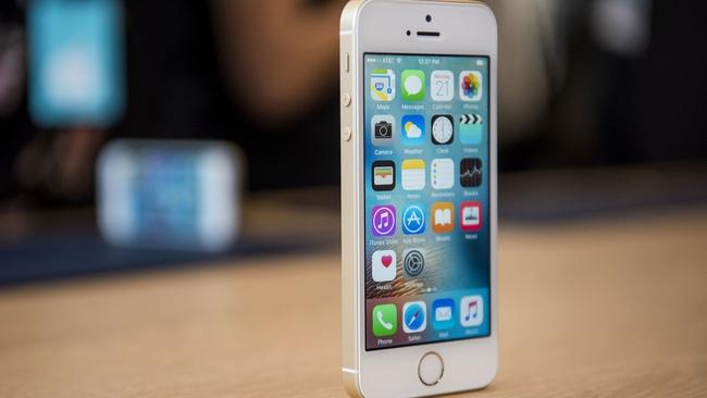 """Doanh thu và lợi nhuận giảm lần đầu tiên trong 13 năm vì iPhone hết """"hot"""", cổ phiếu Apple lao dốc"""