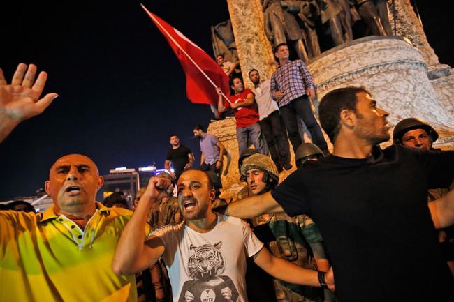 Hình ảnh hỗn loạn ở Thổ Nhĩ Kỳ sau đảo chính quân sự