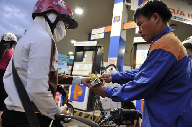 Giá xăng có thể giảm tiếp 200-300 đồng/lít vào ngày mai
