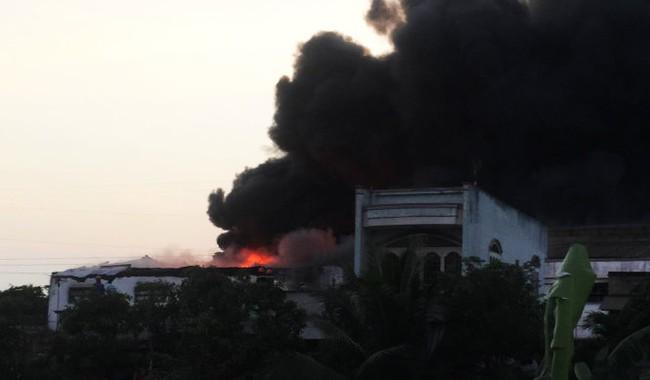 Nhà kho ở quận Bình Tân cháy dữ dội