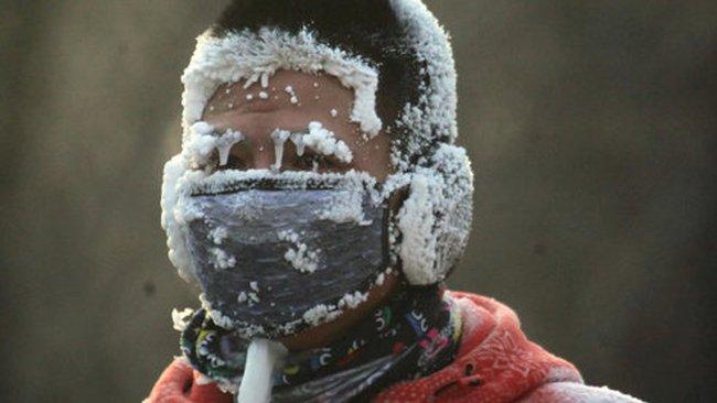 Trung Quốc lạnh cóng, nước sôi đóng băng lập tức