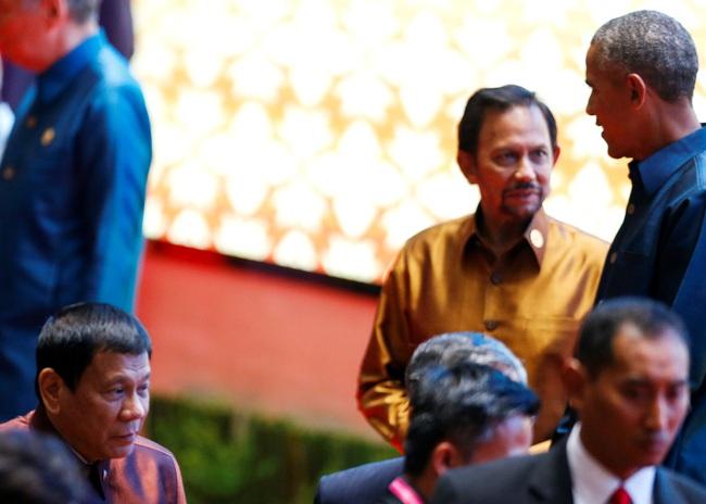 Obama vui vẻ trao đổi với tổng thống Philippines sau khi bị chửi rủa